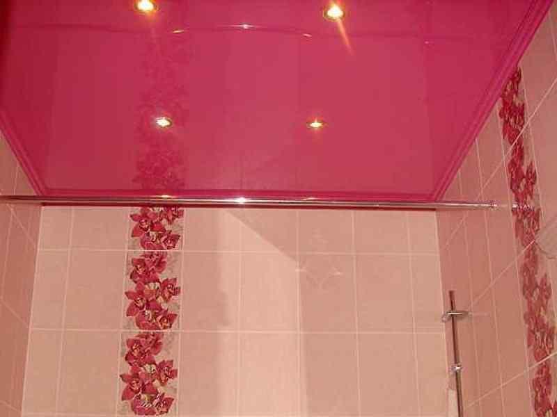 Натяжной-потолок-в-ванной-лаковый-розовый