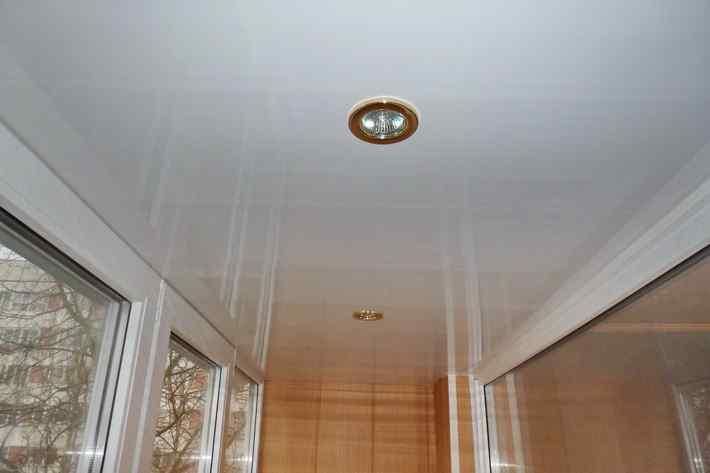 1431879257_otdelka-potolka-balkona-lodzhii-plastikom