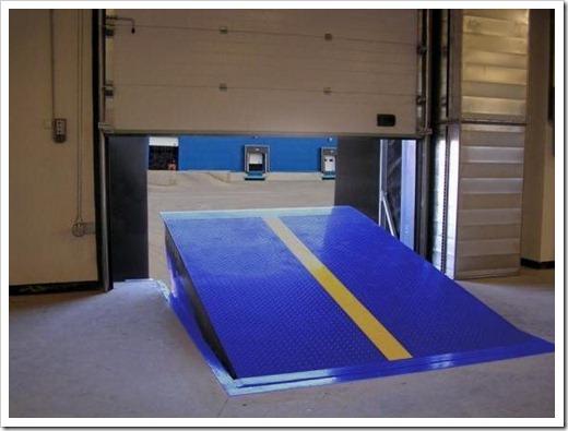 Различные товары на складке являются причиной необходимости использования различного грузового транспорта