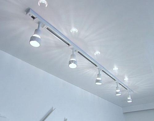 Монтаж трековых светильников на натяжной потолок